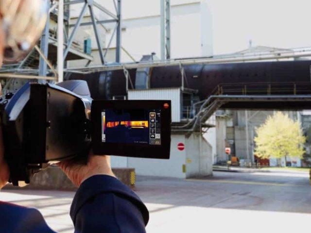 Operator z kamerą termowizyjną